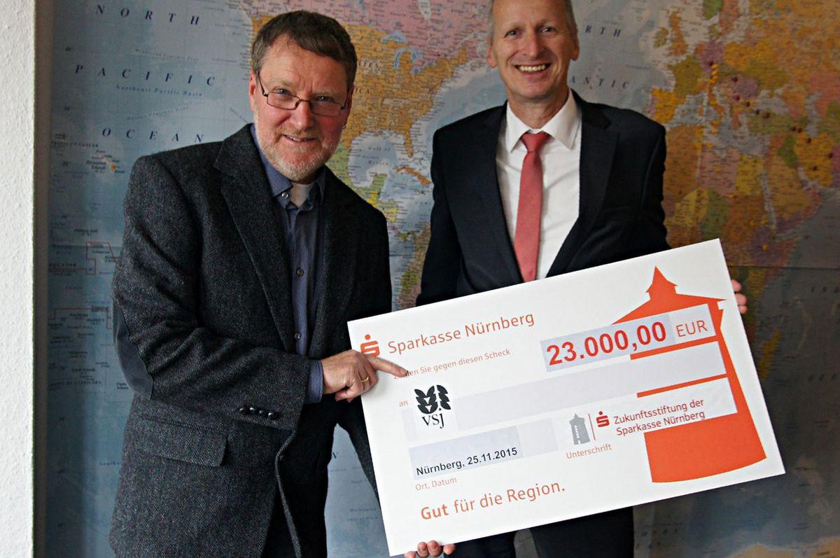 Spendenübergabe Sparkasse 2015 Teilzeitbetreute Wohngruppe vsj e.V. Jugendhilfe